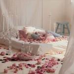 Как украсить комнату лепестками роз